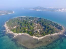 Panoramski pogled na otok Mali Vinik z ribiško hišo Agata